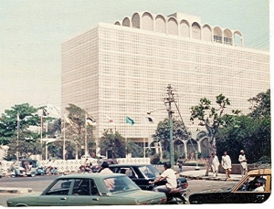 This is a 1974 picture of Karachi's iconic Pearl Continental Hotel (then called theIntercontinental). Notice the short walls of the hotel, hardly 3 and a half feet tall!