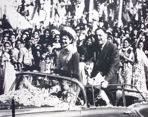 The charismatic Jacqueline Kennedy, wife of the popular US President, J. F. Kennedy, visited Pakistan in 1962. Here she is seen riding in an open-top limo with the then ruler of Pakistan, Ayub Khan, in the Saddar area of Karachi jam-packed by young men and women who had gathered on both sides of the road to greet her.