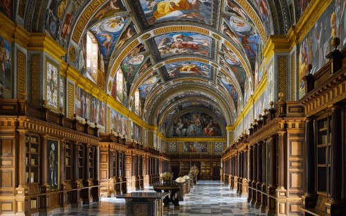 The Escorial's was the first major library to have its collection arranged in cases lining the walls, rather than in bays jutting out at right angles.